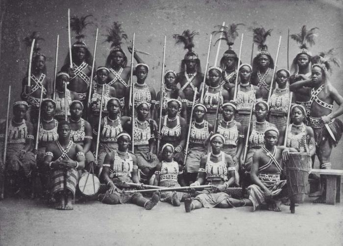 COLLECTIE_TROPENMUSEUM_Groepsportret_van_de_zogenaamde_'Amazones_uit_Dahomey'_tijdens_hun_verblijf_in_Parijs_TMnr_60038362.jpg